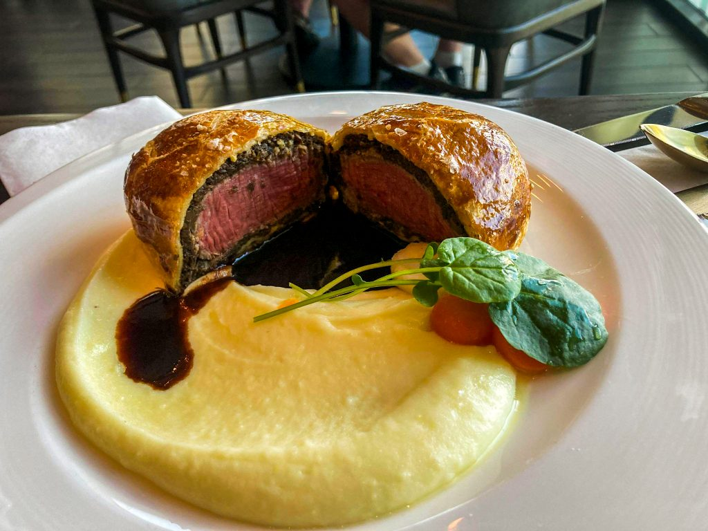 DINING AT HELL'S KITCHEN LAS VEGAS: THE COMPLETE EXPERIENCE beef wellington
